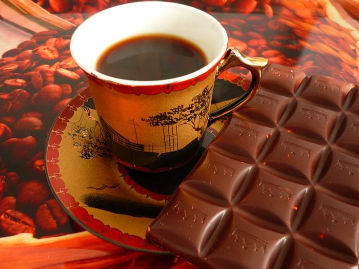 Чашку кофе или другой напиток с кофеином
