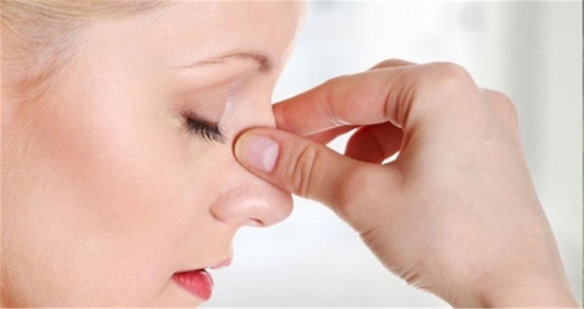 Зажать нос пальцами и вдыхать