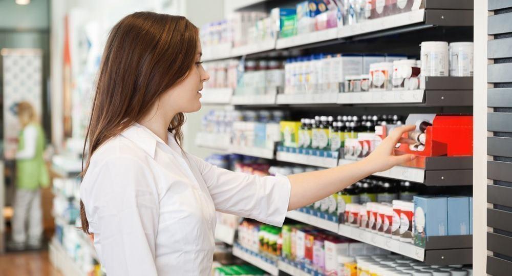 Покупает лекарство