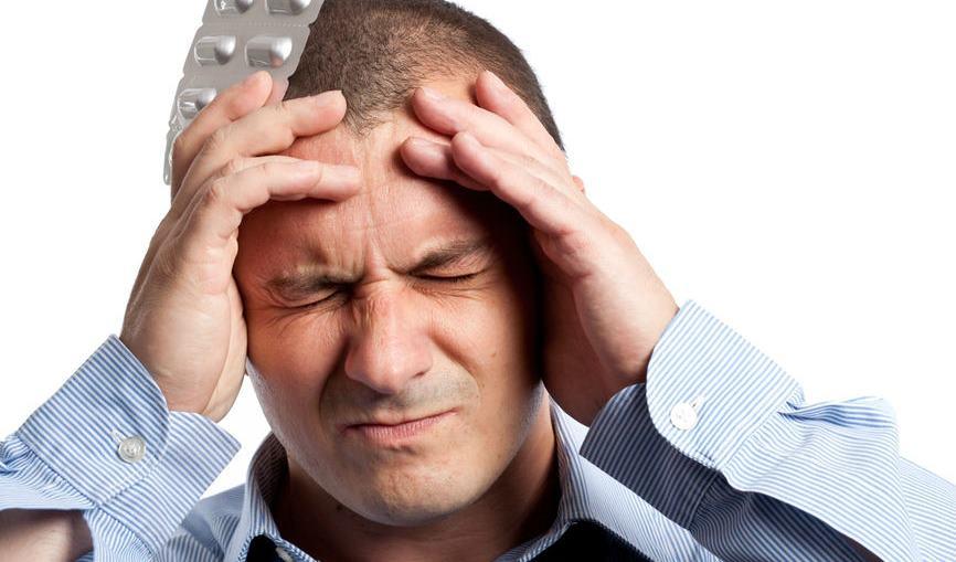 Прием таблеток при мигрени