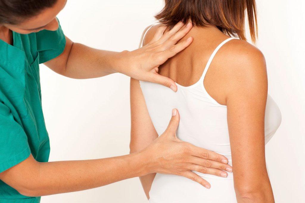 Исключить глубокие прогибы в спине
